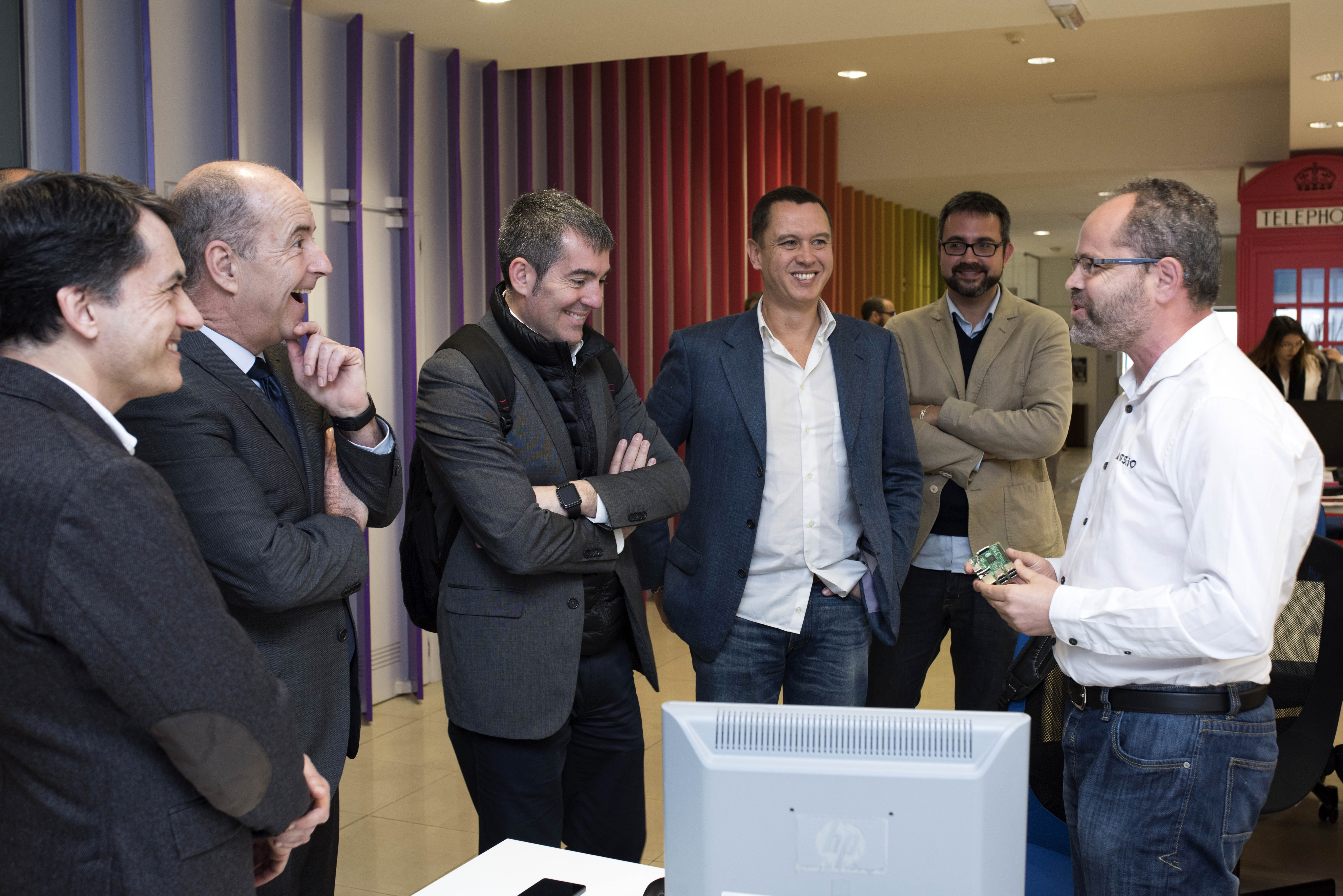 El Presidente del Gobierno de Canarias, acompañado por el Consejero de Economía, visitan las instalaciones de Sodecan en Las Palmas y comprueban su contribución al ecosistema emprendedor de las Islas.
